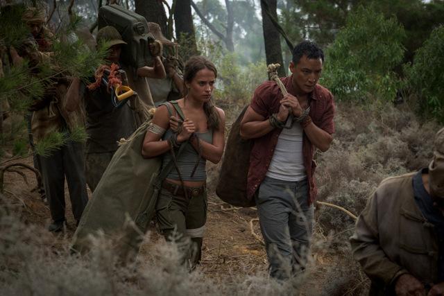 tomb raider movie review - alicia vikander and daniel wu