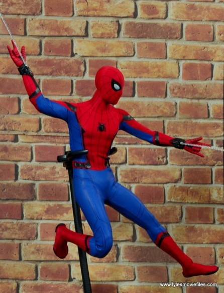 hot toys spider-man homecoming figure review - web slinging side