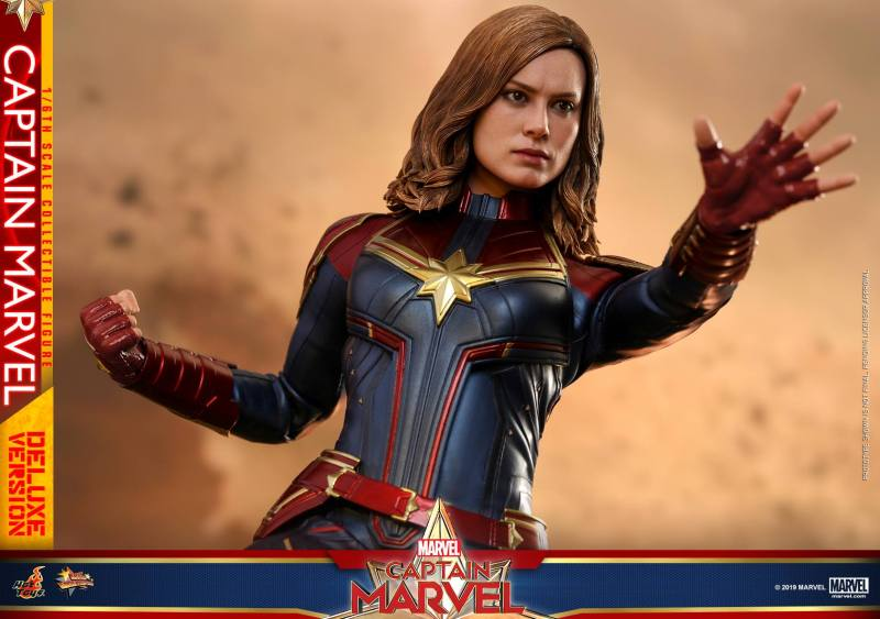 hot toys captain marvel deluxe figure -gesturing