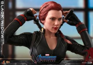 hot toys avengers endgame black widow figure - putting sticks up