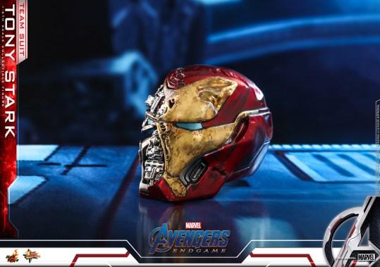hot toys avengers endgame tony stark team suit - shattered helmet left side