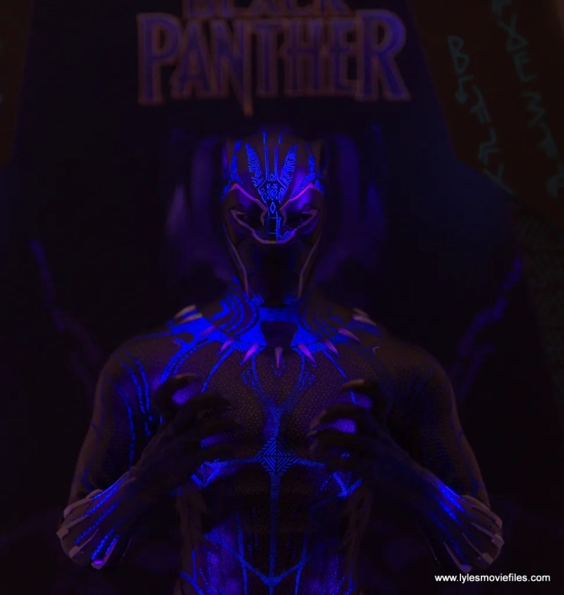 Hot Toys Black Panther figure review - lit up claw hands