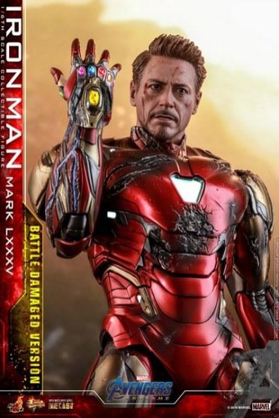 Hot Toys Avengers Endgame Iron Man Mark LXXXV Battle Damaged Figure - close up infinity gauntlet