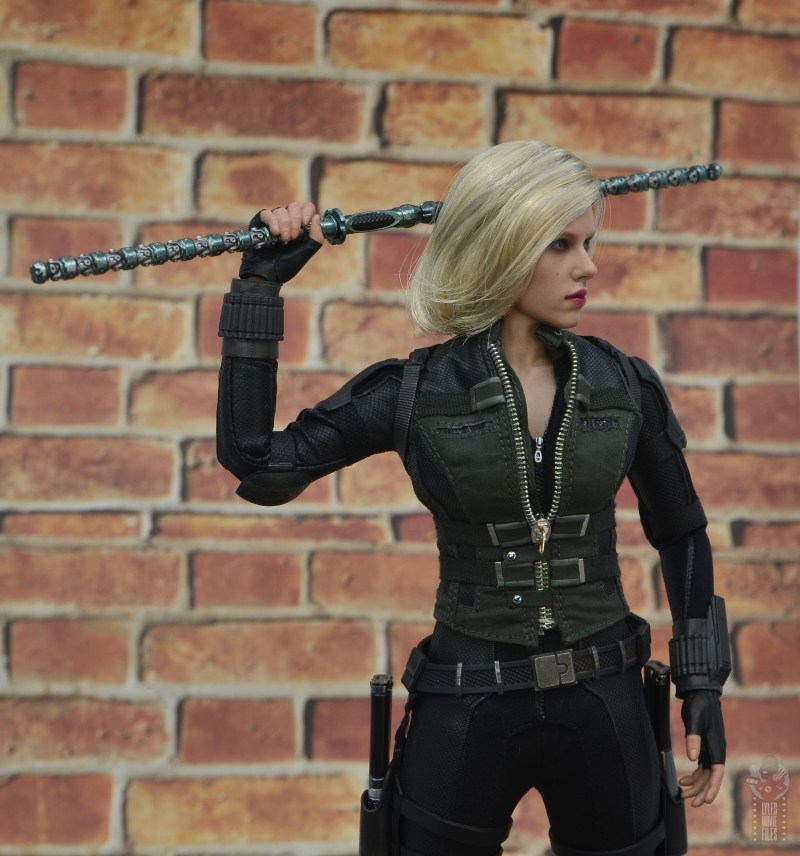 hot toys avengers infinity war black widow figure -pulling full staff out