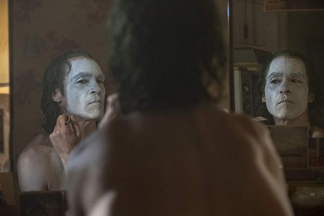 joker movie review - arthur putting on facepaint