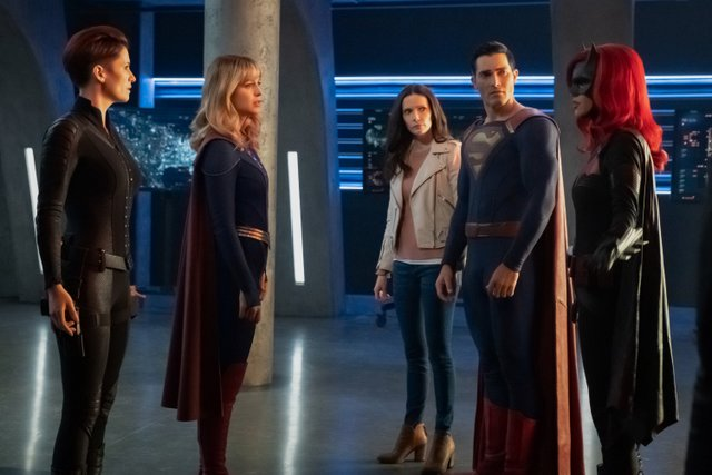 crisis on infinite earths official pics - alex, supergirl, lois lane, superman and batwoman