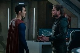 crisis on infinite earths official pics - superman and green arrow