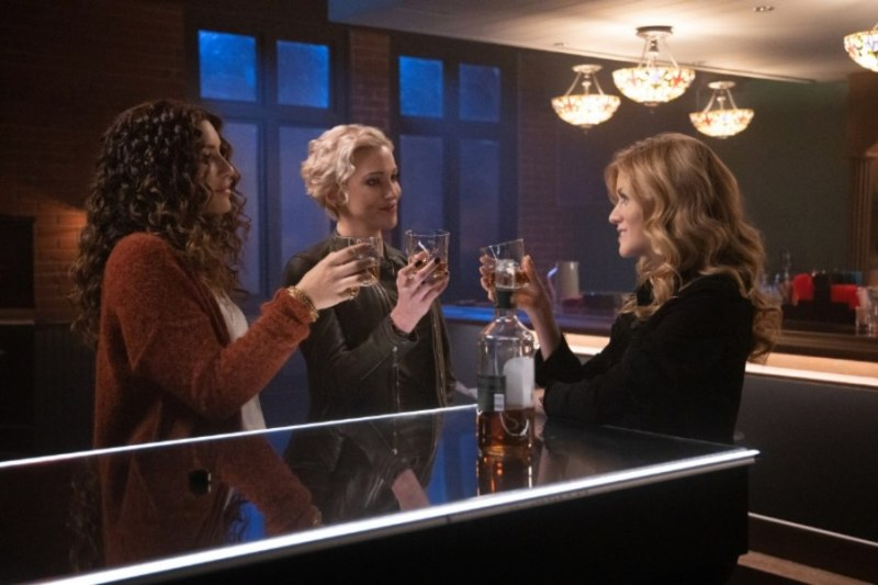 arrow - green arrow and the canaries review - dinah, laurel and mia