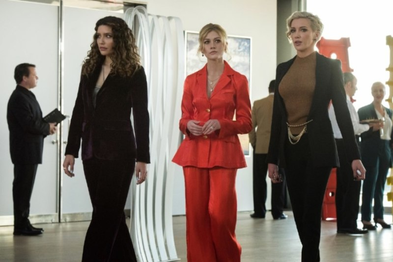 arrow - green arrow and the canaries review -dinah, mia and laurel at art gallery