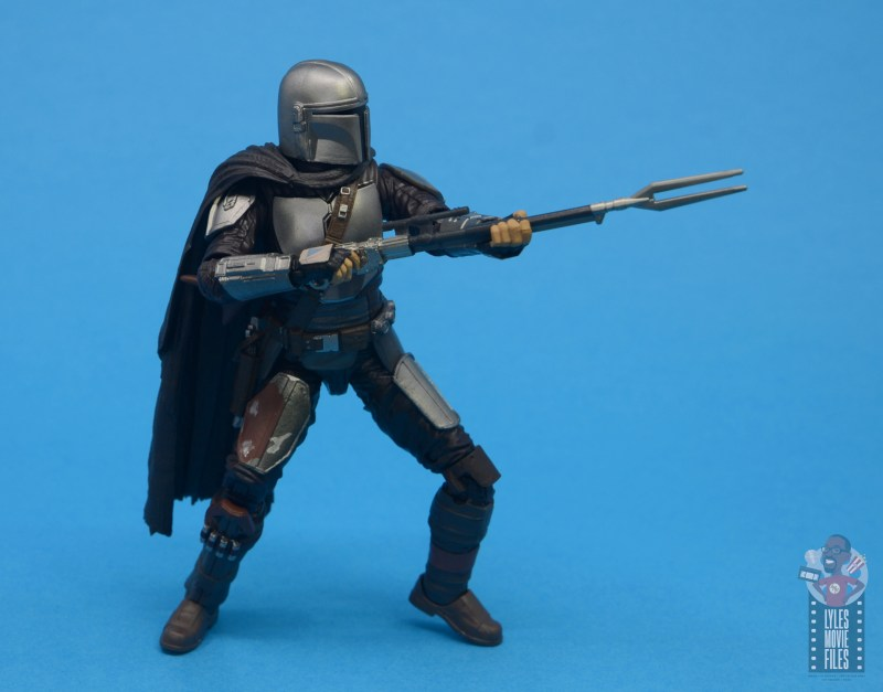 star wars the black series the mandalorian beskar armor figure review - aiming rifle