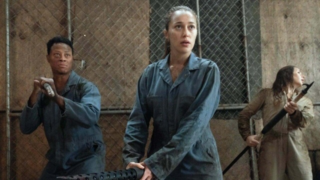 fear the walking dead -welcome to the club review - alicia ready to fight off walkers