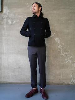 黒のPコート×スラックス×素足