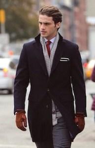 ネイビーのチェスターコート×赤のネクタイ