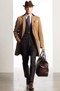 キャメルのチェスターコート×ブラウンのハット、ブラウンのバッグ