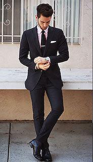 黒のスーツ×黒のネクタイ×白のポケットチーフ