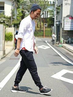 黒のスニーカー×黒のスウェットパンツ×白のシャツ