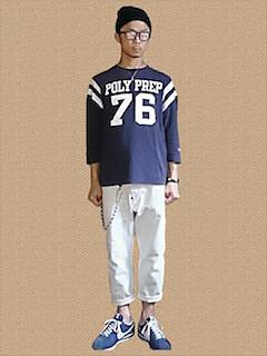 青(メンズカットソー)×白デニム×スニーカー