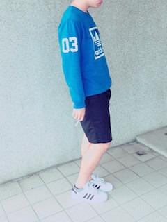 青(メンズカットソー)×ネイビーハーフパンツ×スニーカー