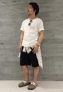 黒のハーフパンツ×Tシャツ×サンダル