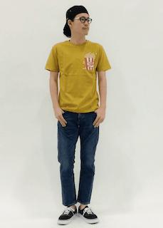 黄色のTシャツ×ジーパン×黒いスニーカー