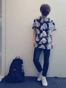 花柄のTシャツ××デニムパンツ×白のスニーカー