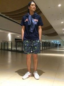 ネイビーのTシャツ×柄のハーフパンツ×デニムのシャツ×スニーカー