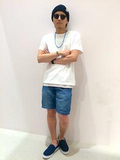 紺色のニット帽×白のTシャツxデニムのショートパンツ