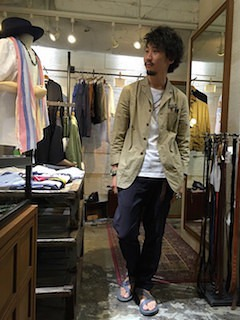 ベージュのテーラードジャケット×白のTシャツ×黒のパンツ×サンダル