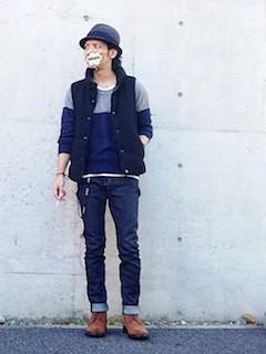 バイカラーのニット・セーター×デニムパンツ×キャメル色のブーツ