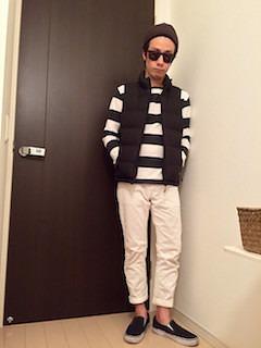 黒のダウンベスト×ボーダーTシャツ×白のパンツ×黒のスリッポン