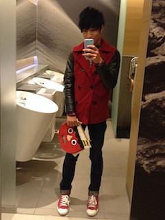 赤のPコート×ニット×デニム×赤のスニーカー×クラッチバック