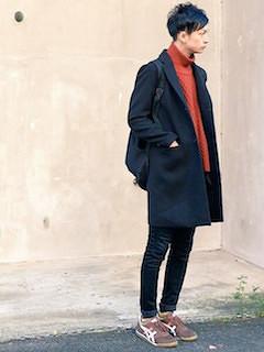 黒のチェスターコート×オレンジ色のタートルニット×黒のパンツ×茶色のスニーカー