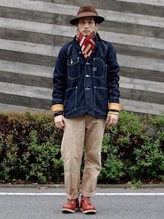 柄物のマフラー×デニムジャケット×ベージュのパンツ