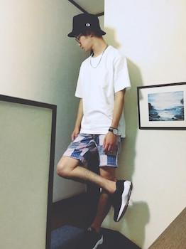 チェックのひざ上丈のショートパンツ×白のTシャツ×ハット×スニーカー