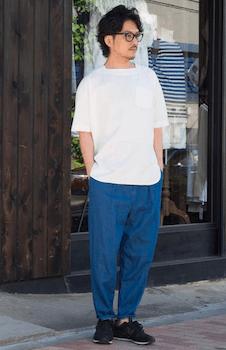 10ボートネックTシャツ×ネイビーブルーのパンツ