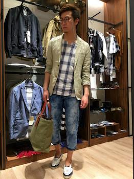 ベージュのサマージャケット×チェック柄のシャツ×ジーンズ