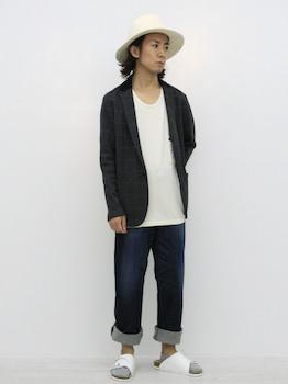 黒のサマージャケット×白のインナー×ジーンズ×白のハット×白のサンダル