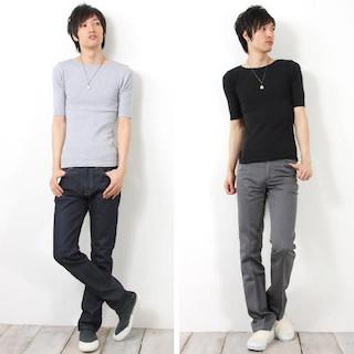 無地半袖のボートネックTシャツ×デニムパンツ