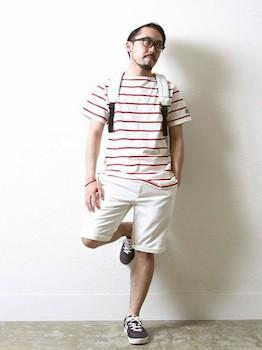 1ボートネックTシャツ×白ハーフパンツ