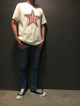 星柄のTシャツ×ジーンズ×スニーカー
