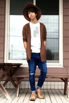 テラコッタのカーディガン×白のTシャツ×デニム×ハット×革靴