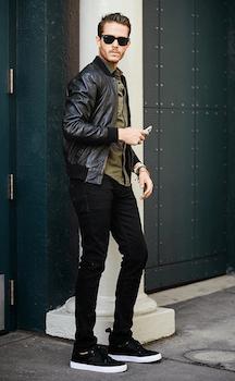 黒色のレザースニーカー×黒色のパンツ×ライダースジャケット