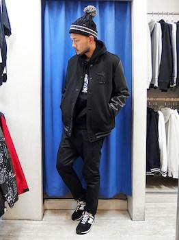 黒のライン入りボンボンニット帽×黒のスタジャン×黒のパンツ
