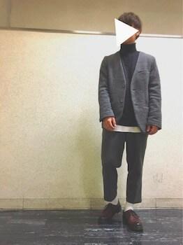 ユニクロのタートルネック×白色のインナー×テーラードジャケット×革靴