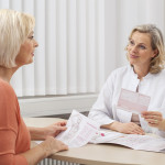 Beratung Arzt - Patient über Kompressionsstrumpftherapie - Rezept