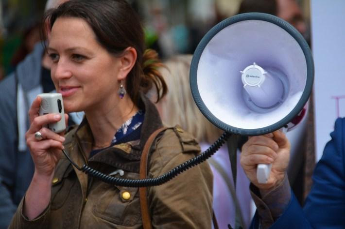 femme souriante avec un haut-parleur
