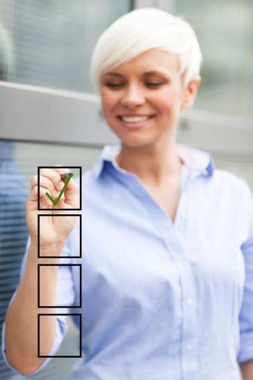 Femme cochant une liste virtuelle
