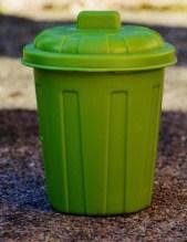 contenant vert à bonbons en forme de poubelle