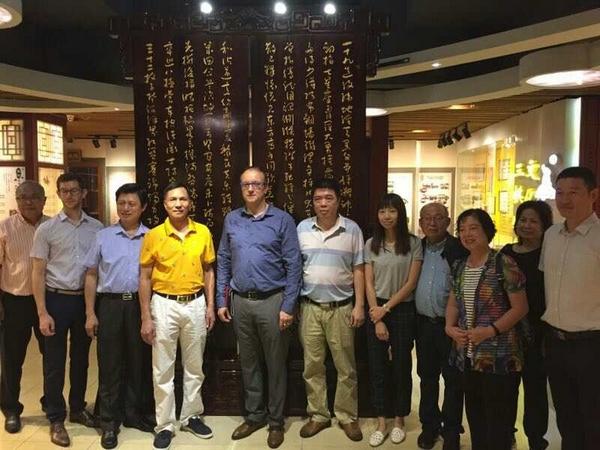 Chine, Lyon, Canton et Chengdu : énorme ! Du 10/19 septembre 2017 : Philippe CHAMPION en Ambassadeur du Jeu d'Échecs en Chine dans les villes de Nanning & Canton ! Il visite le complexe échiquéen de Canton. Oui, énorme !