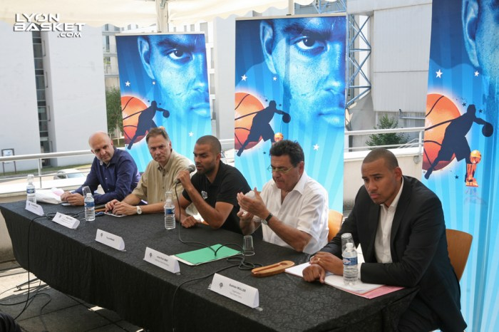 Tony PARKER, entouré – de gauche à droite – de Eric MAURINCOMME (Directeur de l'INSA), Alain HELLEU (Directeur Gl des services de Lyon 1), Jean-Paul BRET (Maire de Villeurbanne) & Gaëtan MULLER, directeur général de 9Events.
